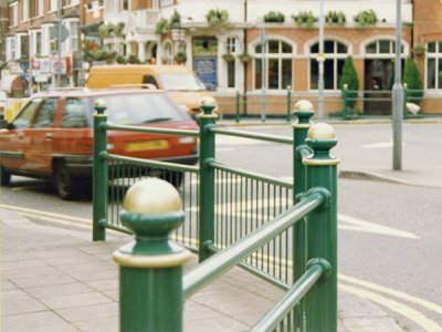 Linx 300 3/4 guardrail, with Knightsbridge cap
