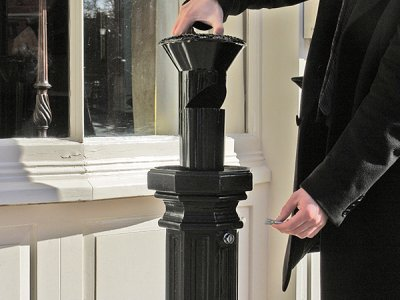 SMK500F Smoke King cigarette ash waste bollard - removing the liner