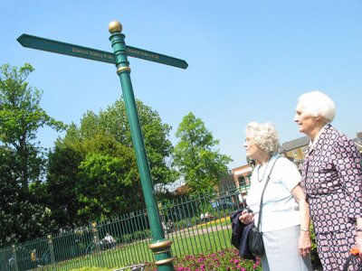 Manchester Fingerpost, FFB3 Ball Finial highlighted Gold